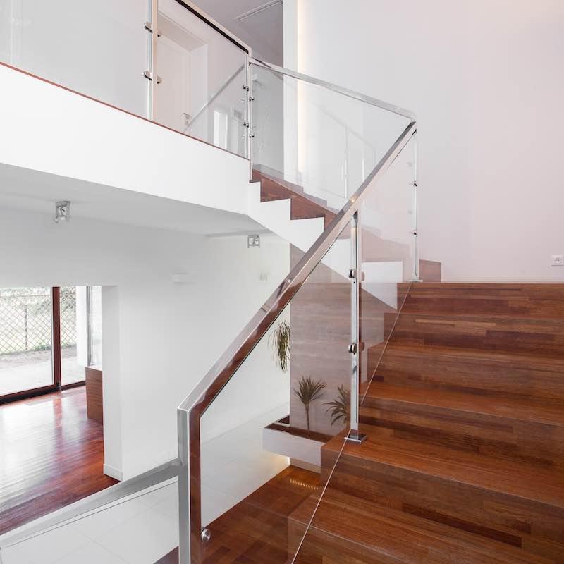 main courante en bois, escalier en verre, moderne